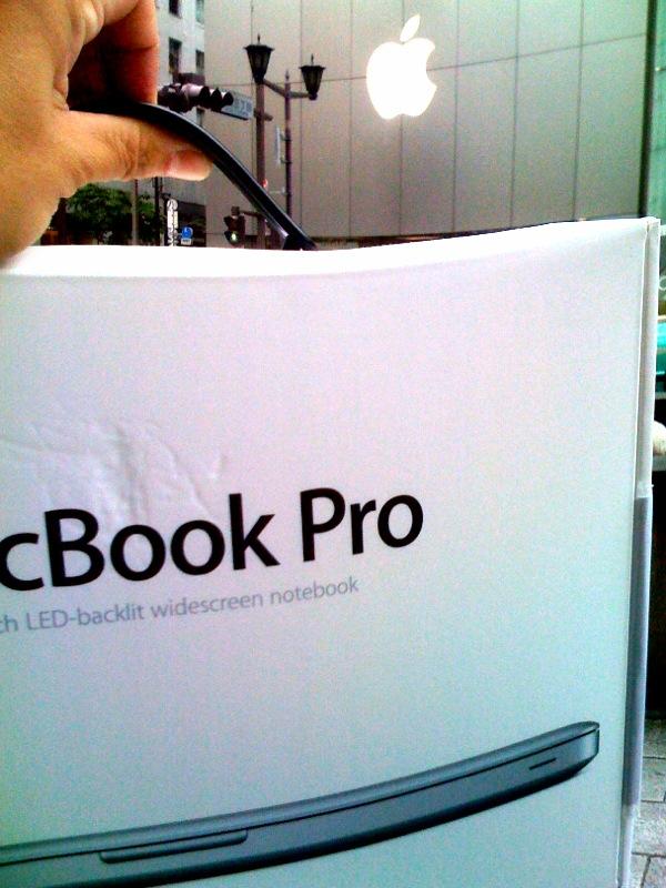なぜか手にMacBookProが。